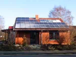 Thermische Solaranlage zur Warmwasser- erwärmung und Heizungsunterstützung mit einem Gasbrennwertkessel sowie einer solaren Stromanlage. Einbau: 1997 und 2006 in Kiel