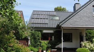 """Dies ist die erste Solaranlage nach dem sogenannten """"1000-Dächer-Programm"""" mit einer Leistung von 1,5 kWp.  Einbau: 1992 in Kiel  Seitdem läuft die Anlage fehlerfrei!"""