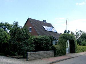 ca. 12 qm thermische Solaranlage mit 750 Liter Pufferspeicher zur Warmwassererwärmung und Heizungsunterstützung in Verbindung mit einem Doppelheizkessel Festbrennstoff/Öl. Einbau: 2006 in Rastorf