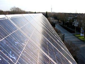 Eigene ca. 5 kWp netzeinspeisende solare Stromanlage auf Firmengebäude in Kiel. Einbau: 2006